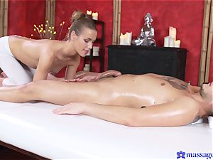 Bootilicious honey caresses client's shaft with her snatch