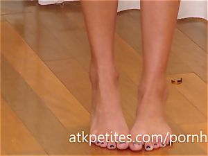 Super-skinny Ariana Marie displays Off Her luxurious feet